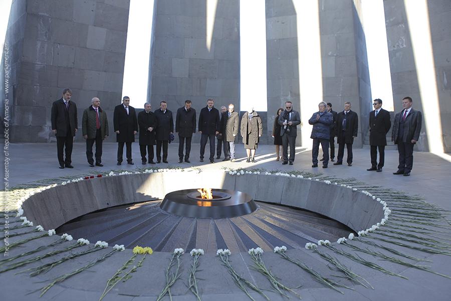 Российские парламентарии почтили память жертв Геноцида армян